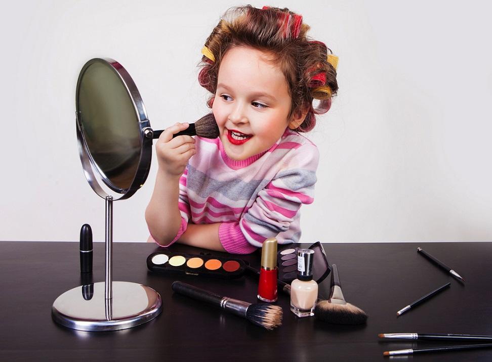 nina_maquillandose